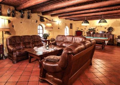 duży salon w domu na mazurach