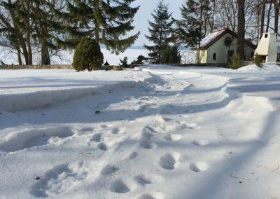 Dom nad jeziorem na Mazurach zimą