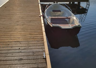 pomost-łódka-nad-jeziorem